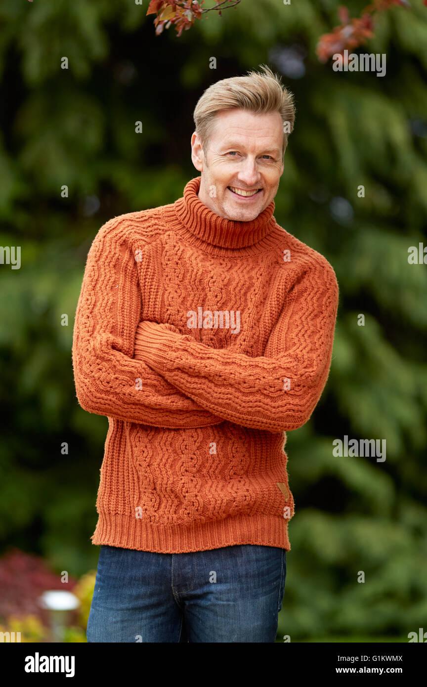 Portrait d'un homme se tenait smiling outdoors Banque D'Images