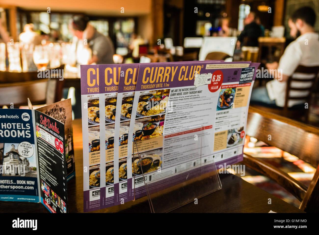 Club Curry menu sur une table dans un Wetherspoon's pub/restaurant, disponible tous les jeudis. Photo Stock