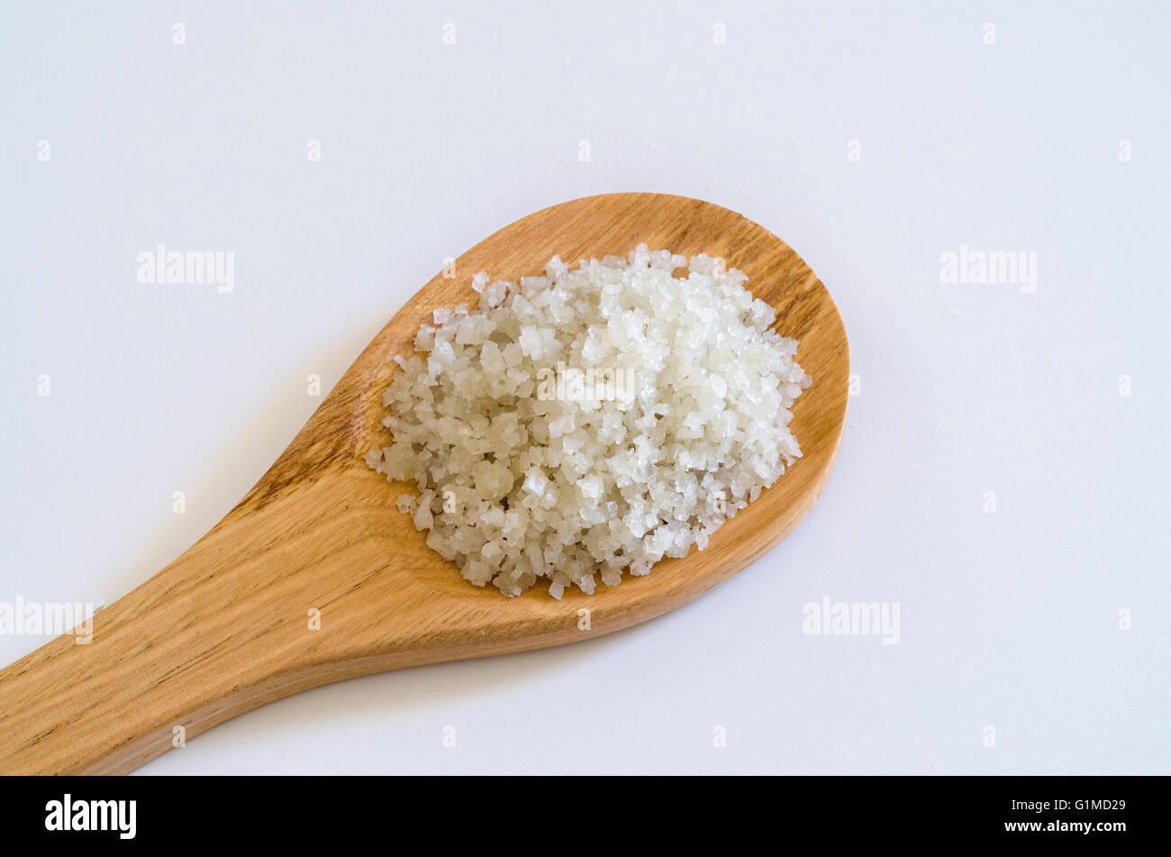 Gros sel sur cuillère en bois bois et ardoise Photo Stock