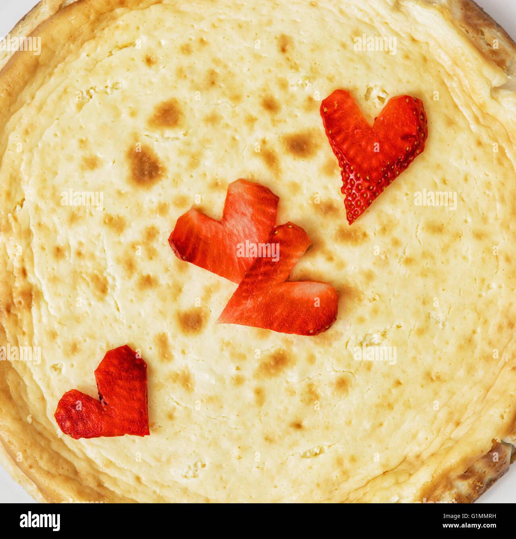 Délicieux gâteau au fromage avec coeurs de fraise. Un aliment sucré. Les couleurs sont éclatantes. Photo Stock