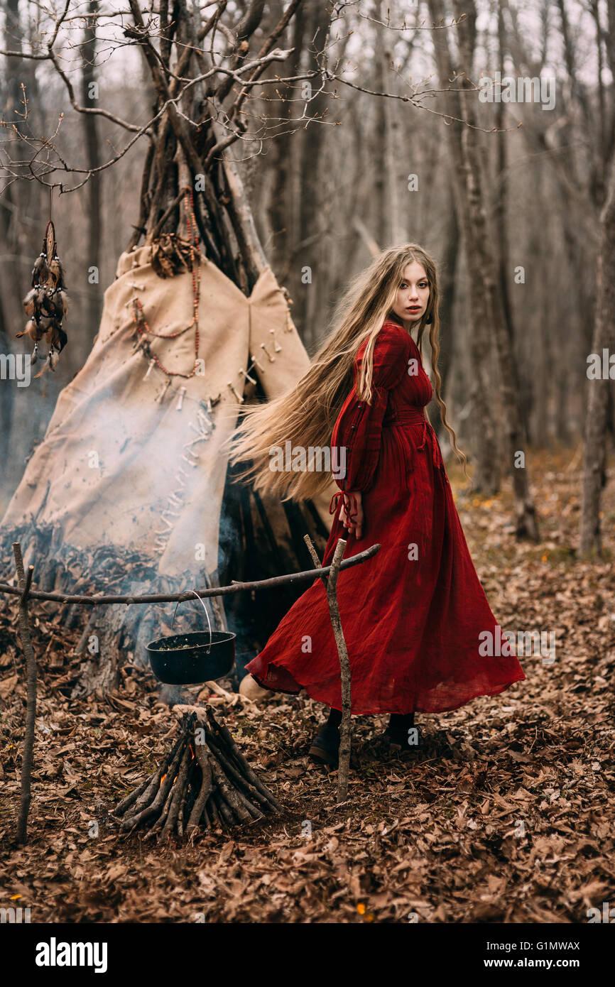 Jeune sorcière dans la forêt d'automne Photo Stock