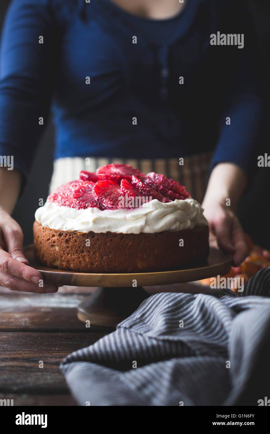 La farine de maïs & orange sanguine gâteau ricotta fouettée avec le mascarpone. Des plats sans Photo Stock