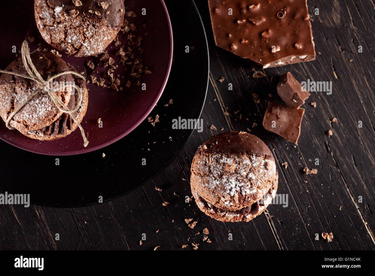 L'Italien maroni cookies avec des morceaux de chocolat sur fond de bois vieux Photo Stock