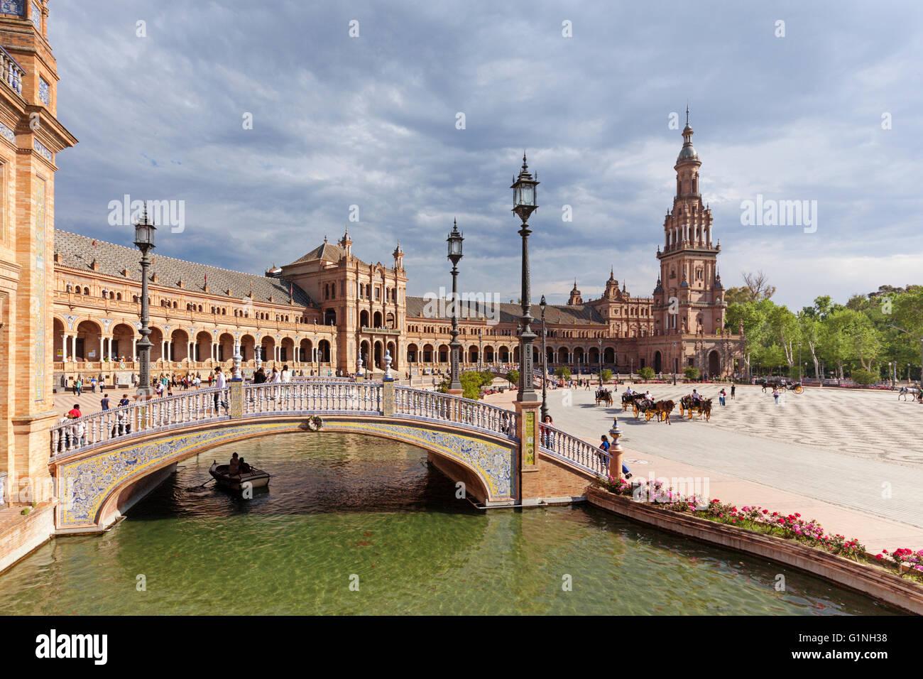 Les touristes au site du patrimoine mondial de l'Unesco à la Plaza de España, Séville, Espagne. Photo Stock