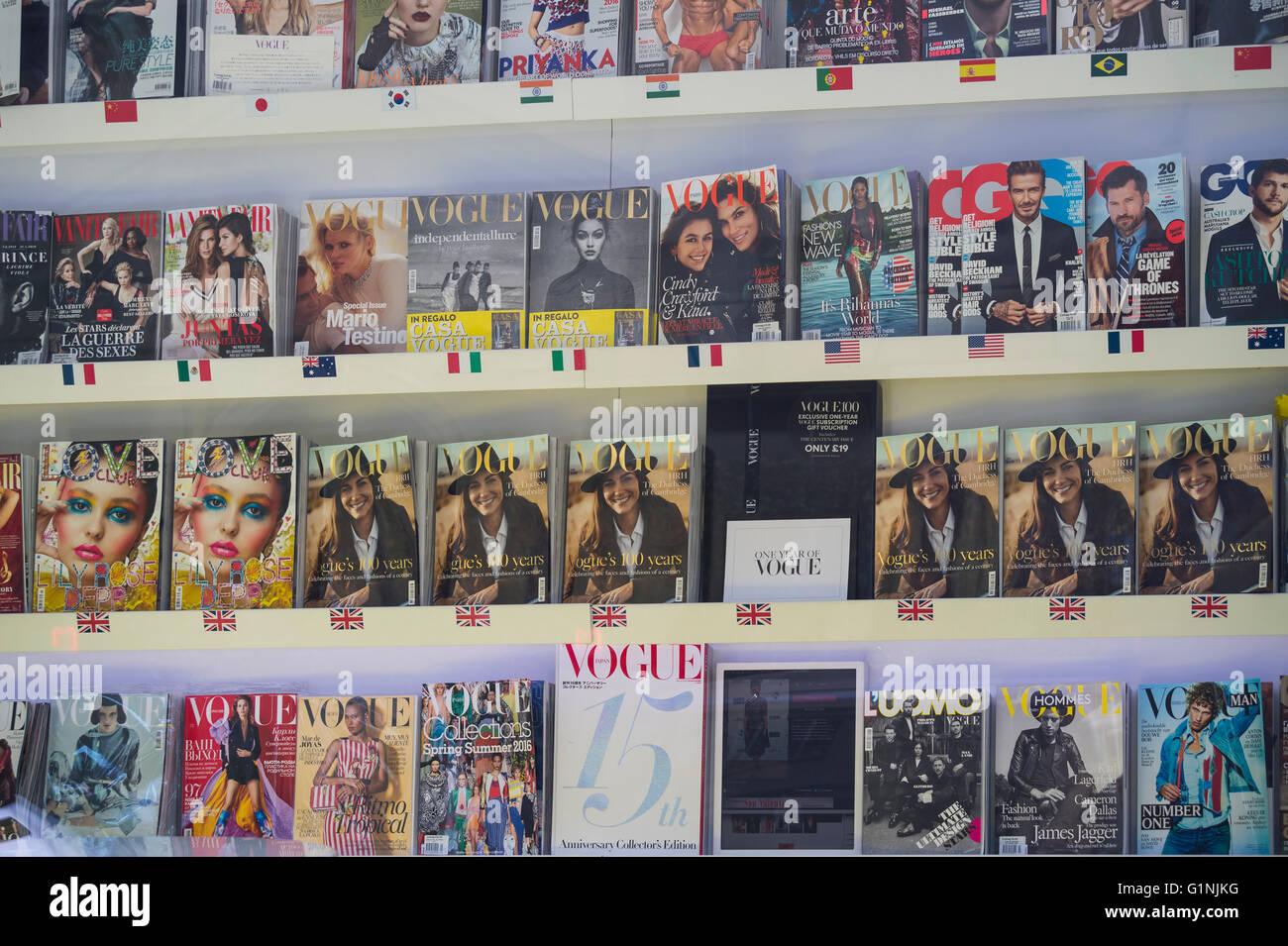 Maison Vogue, porte-revues avec des magazines de différents pays Photo Stock