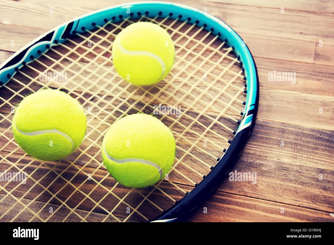 Jeu de tennis. Balle de tennis sur fond de bois. Retro Vintage photo. Photo Stock
