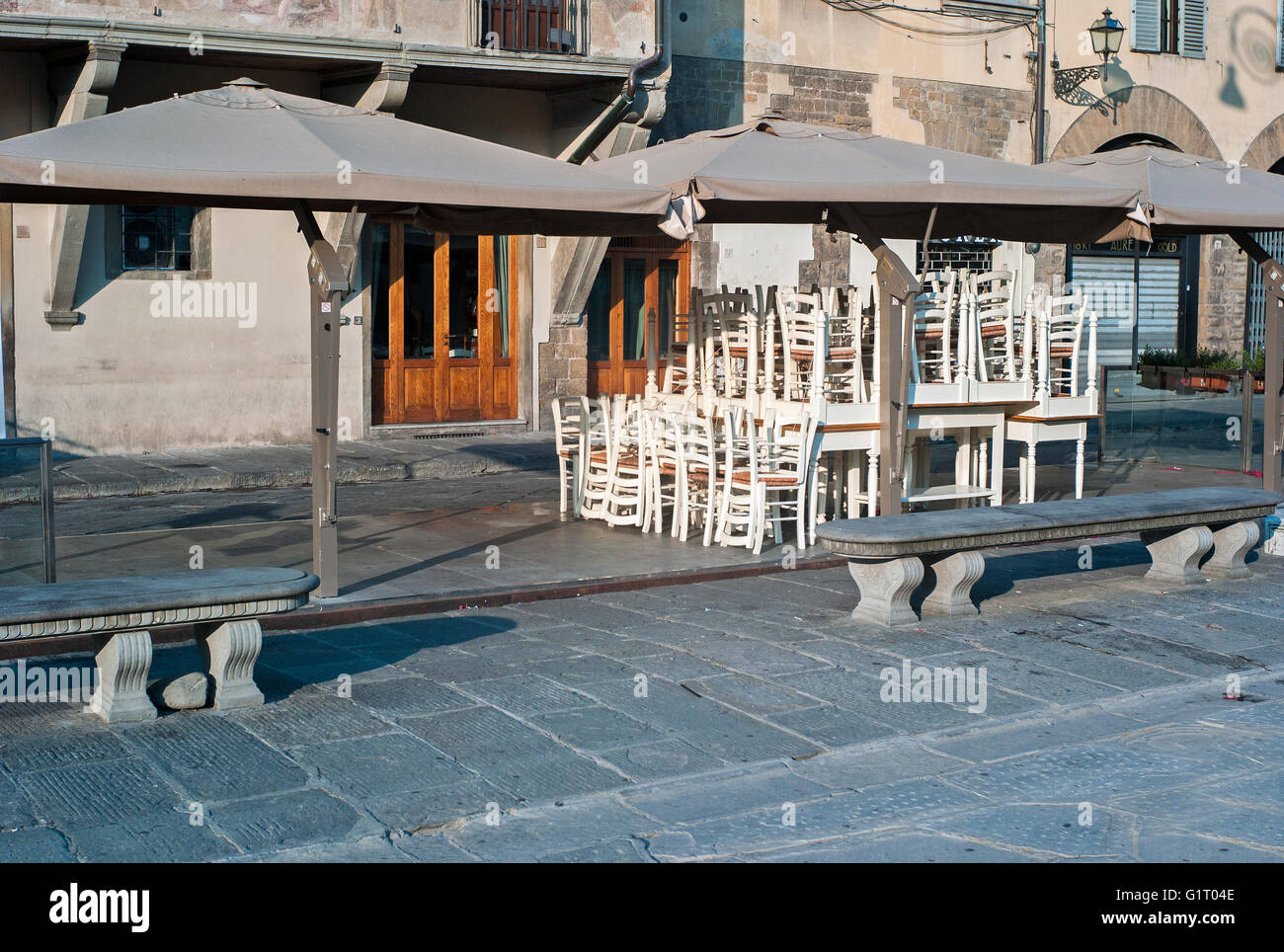 Restaurant Santa Et Tables Empilées Florence Croce Place Chaises En LqSpzjUVGM