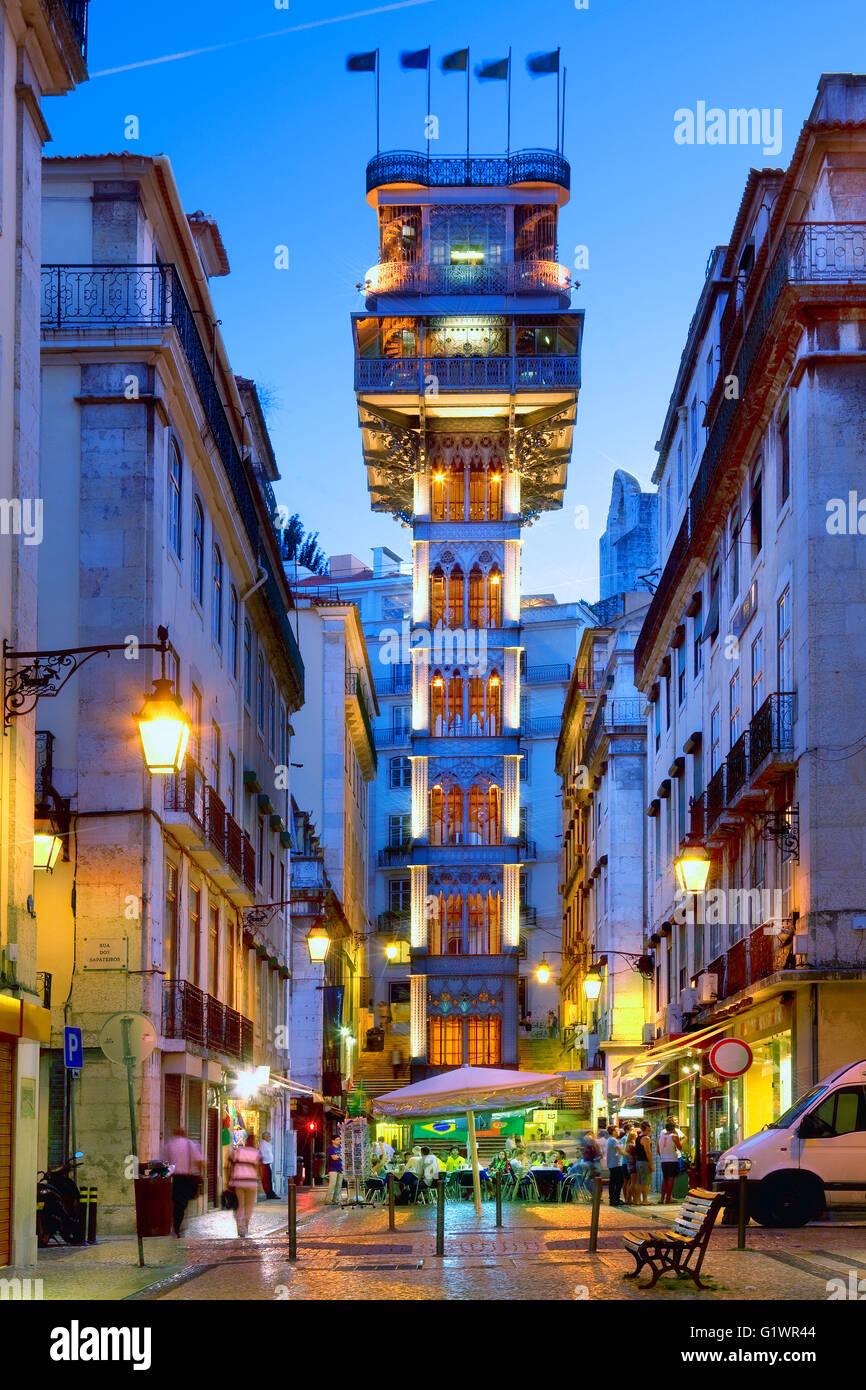L'ascenseur de Santa Justa à Lisbonne la nuit Photo Stock