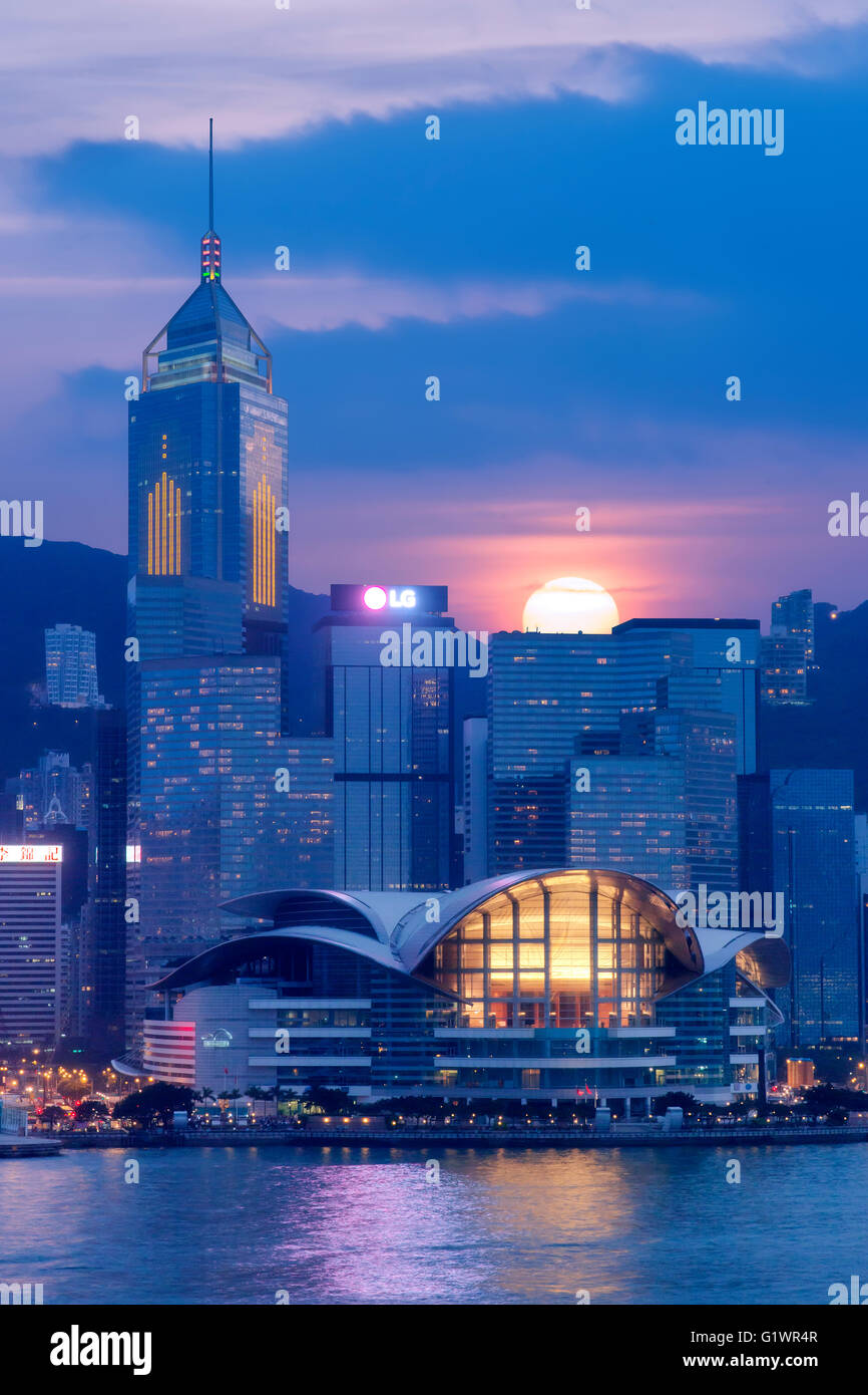 Hong Kong Convention Center et Central Plaza Buiilding au crépuscule. Photo Stock