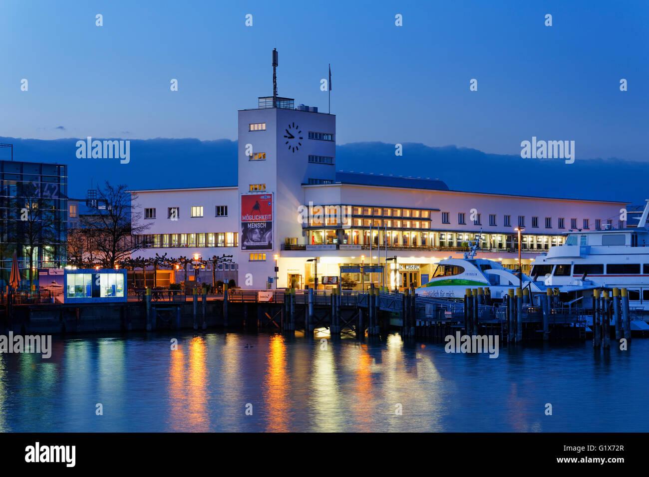 Musée Zeppelin au crépuscule, l'architecture du Bauhaus, Friedrichshafen au lac de Constance, le lac Photo Stock