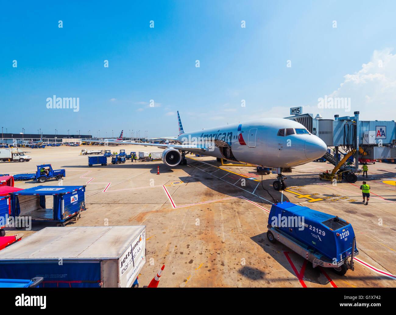 Avion d'American Airlines au cours du chargement, aéroport international O'Hare de Chicago, Chicago, Photo Stock