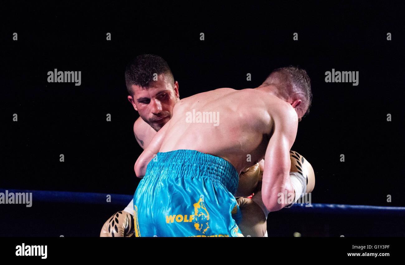 Gijon, Espagne. 21 mai, 2016. Juancho Gonzalez et Marc Vidal lors de la match de boxe de championnat de boxe poids Photo Stock