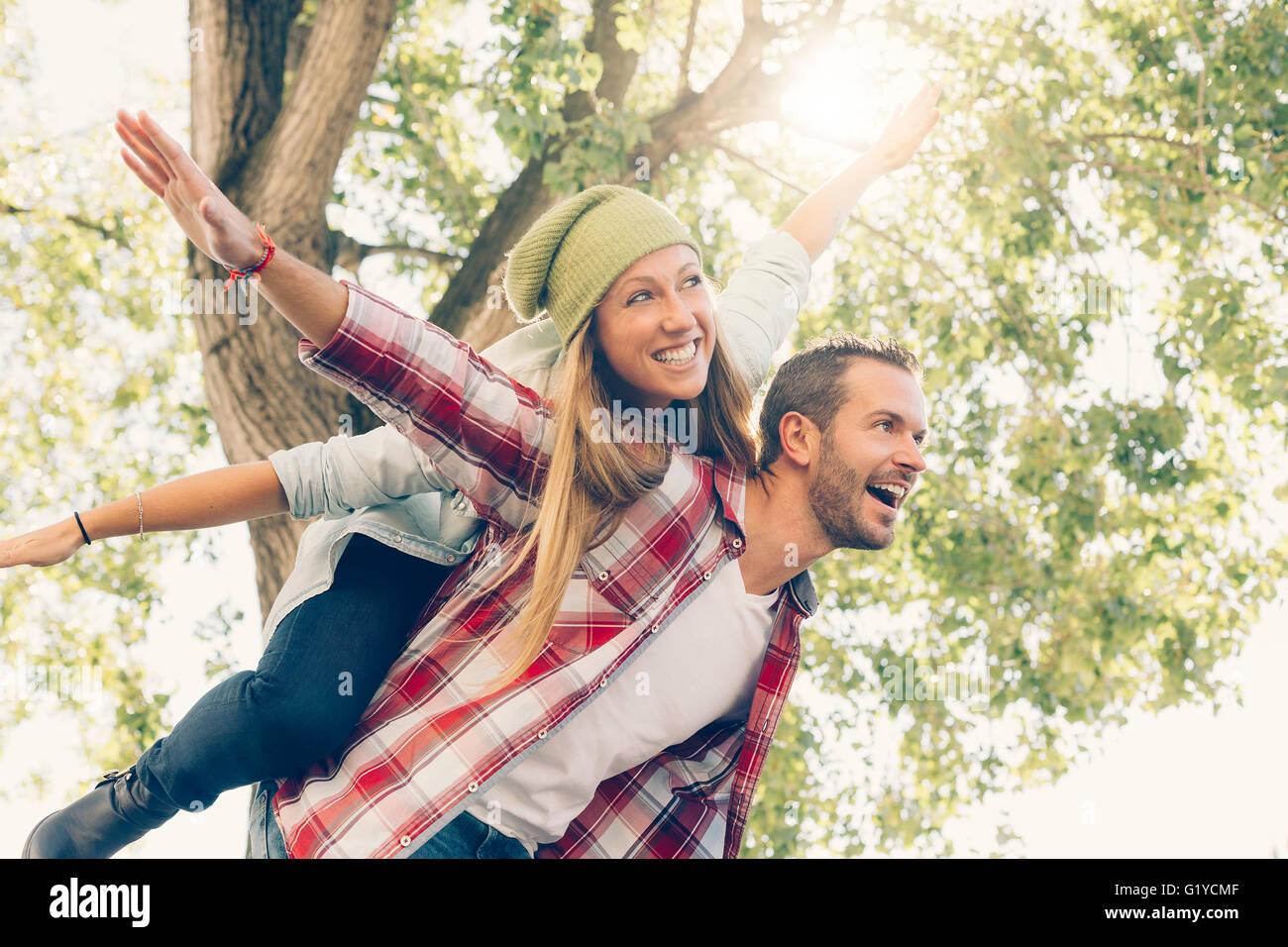 Jeune couple en visite à Paris Photo Stock