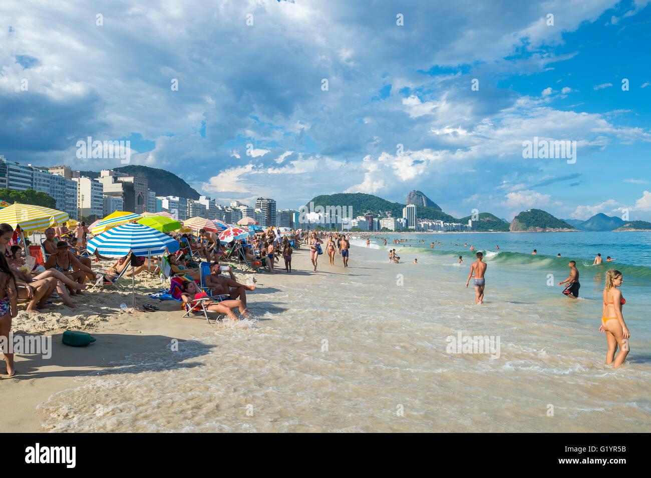 RIO DE JANEIRO - février 27, 2016: la marée montante les vagues pousse plus près de la plage bénéficiant d'un après-midi sur la plage de Copacabana. Banque D'Images