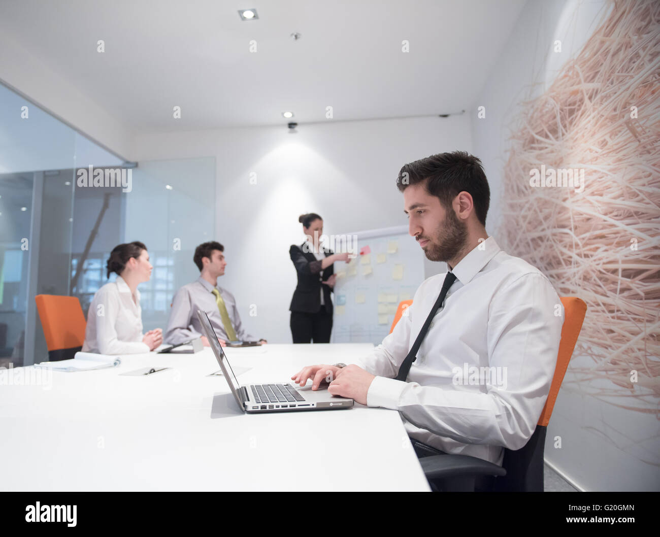 Portrait de jeune homme daffaires arabe moderne avec bureau à barbe
