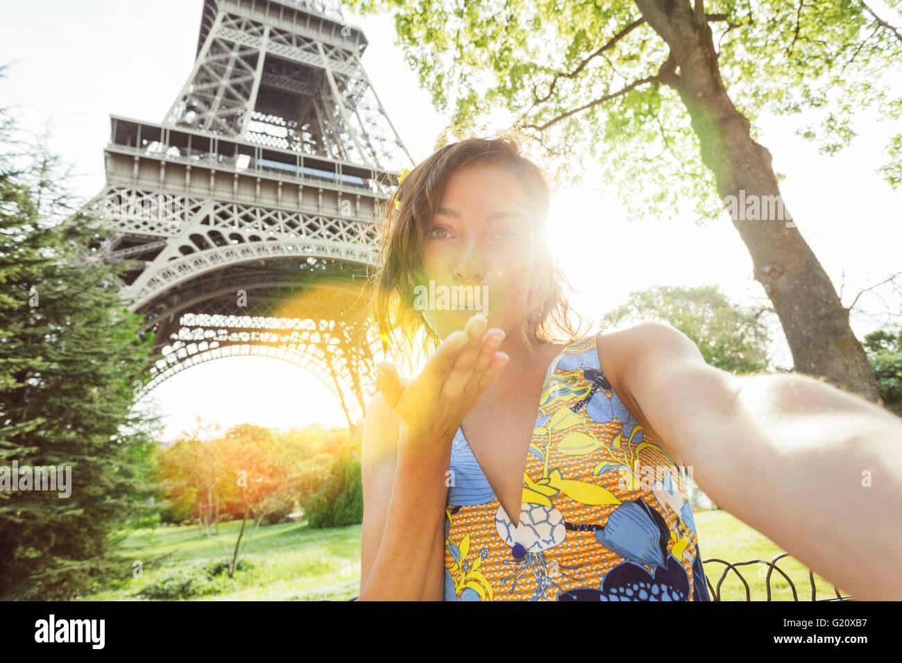 Jeune femme en visite à Paris Photo Stock