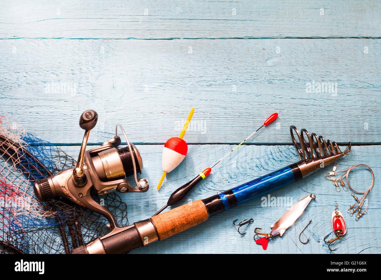 Attirail de pêche sur fond bleu en bois libre Photo Stock