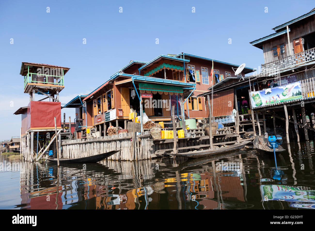 Sur le lac Inle, un bureau de poste au bord du lac pittoresque (Myanmar). Sur le lac Inlé, un bureau de poste Photo Stock