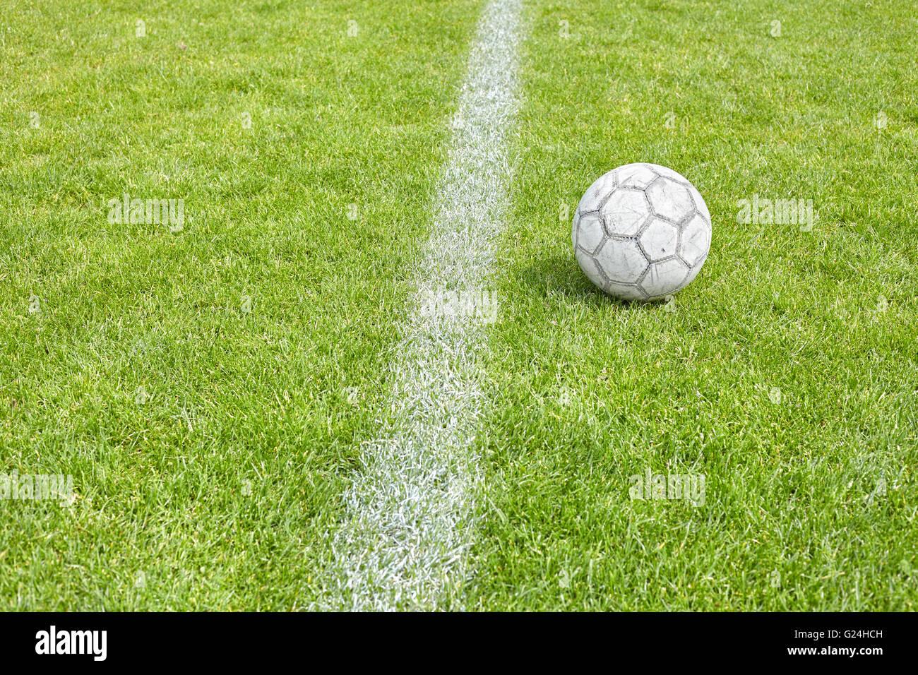 Ballon de soccer utilisé sur l'herbe par un à-côté, de l'espace pour texte, faible profondeur Photo Stock