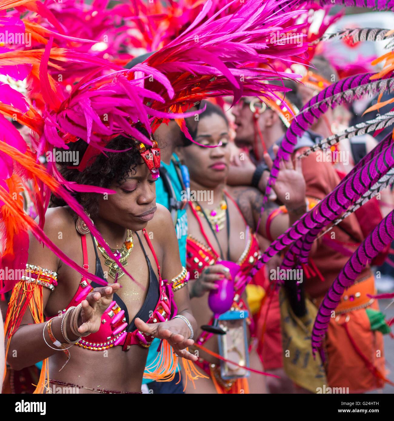 Portrait de femme dansant en costume Carnaval des Cultures (Karneval der Kulturen) à Berlin, Allemagne. Photo Stock