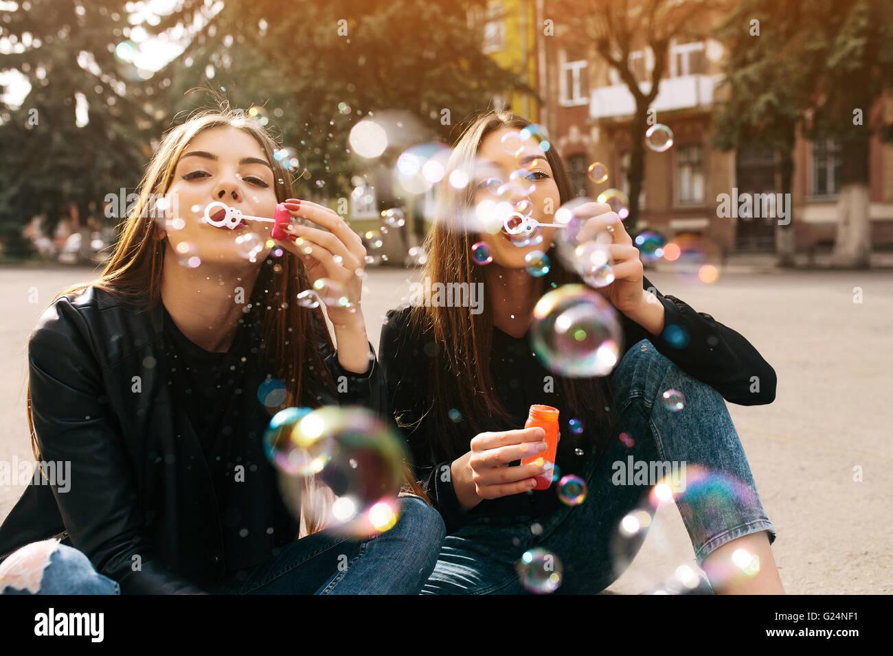 Deux jeunes filles adultes Photo Stock