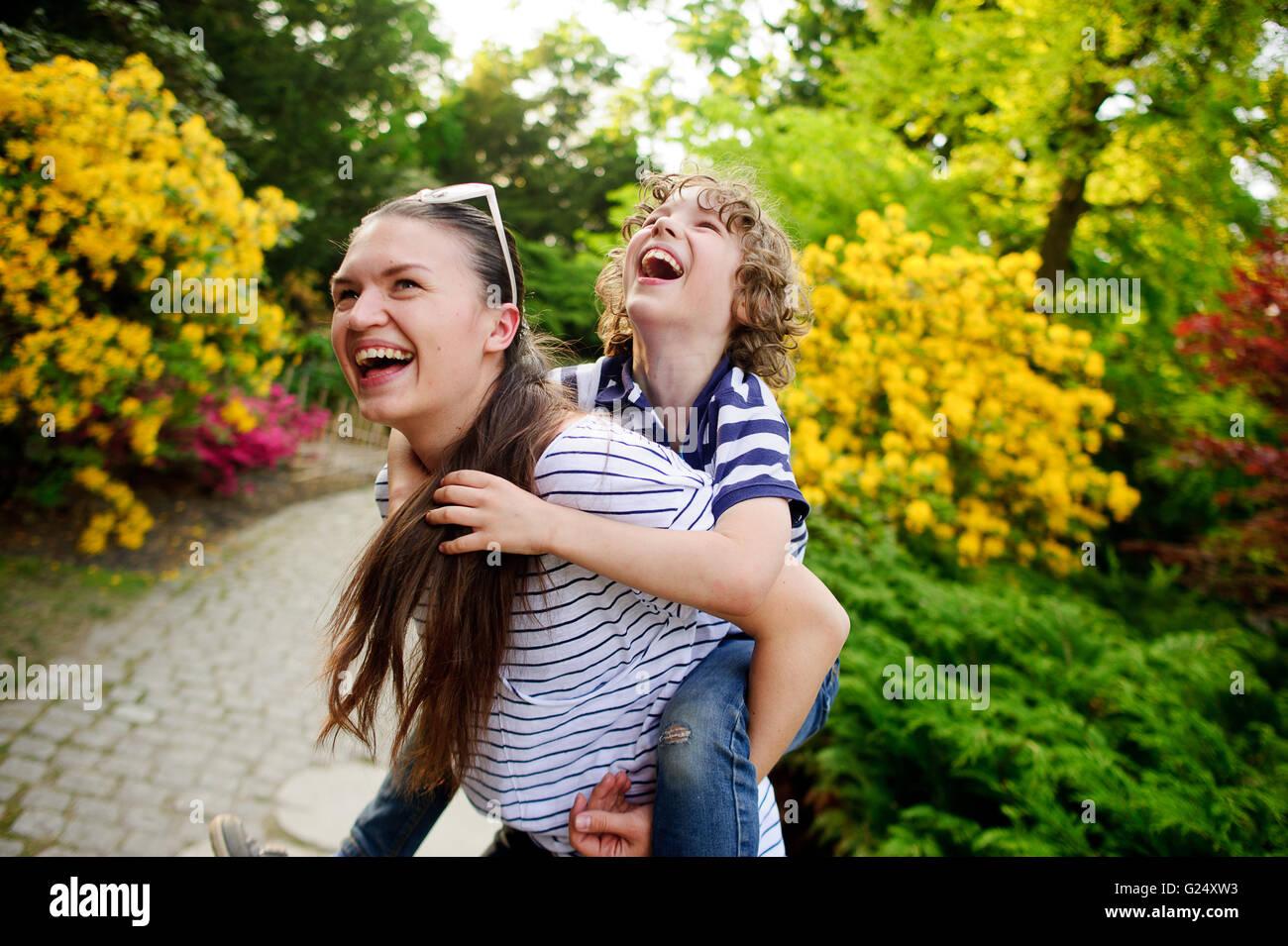 Jeune femme jouant avec son fils sur la nature Photo Stock