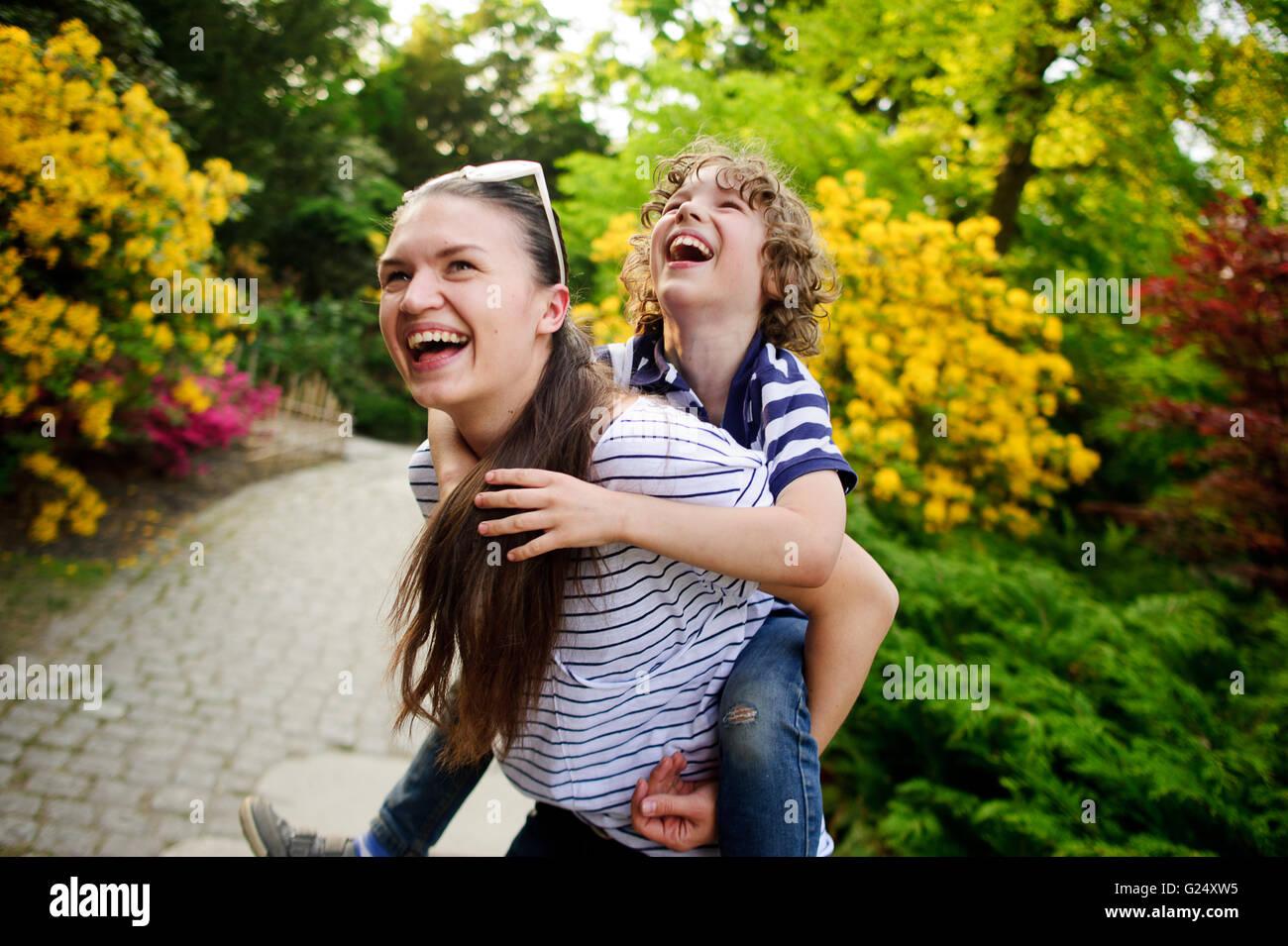 Fille sur une marche avec son jeune frère Photo Stock