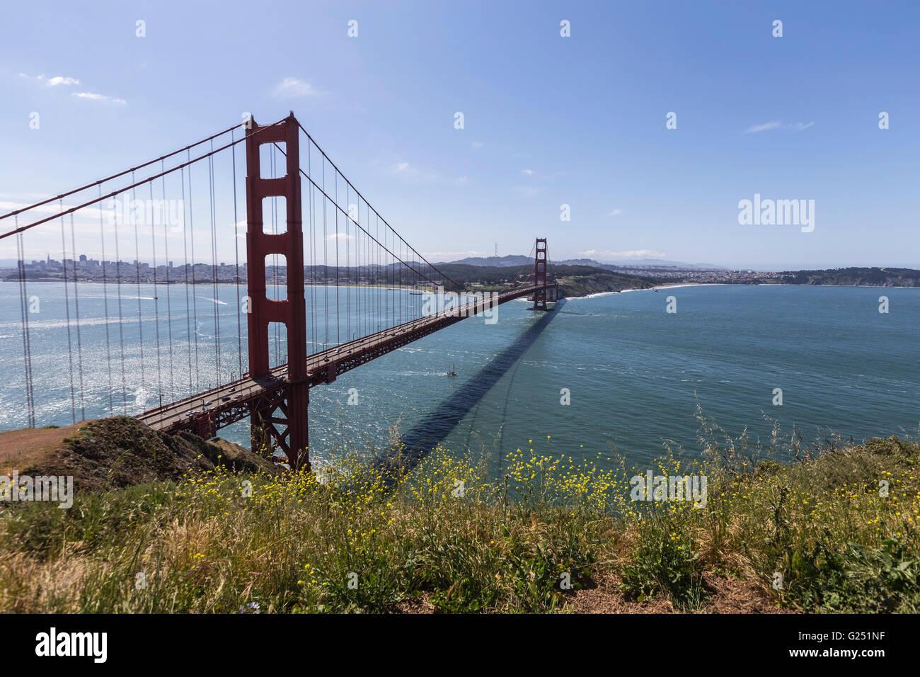 Aire de loisirs nationale du Golden Gate colline vue vers le Golden Gate Bridge et San Francisco. Photo Stock