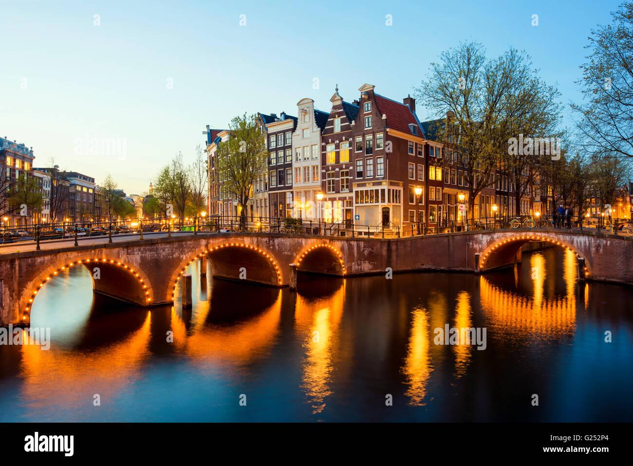 Vue magnifique sur les maisons d'Amsterdam dans la nuit, Pays-Bas Photo Stock