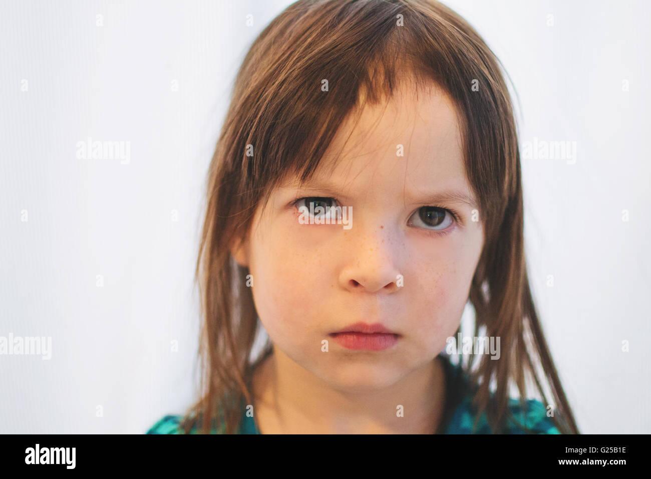 Portrait d'une jeune fille qui a réduit ses propres cheveux Photo Stock