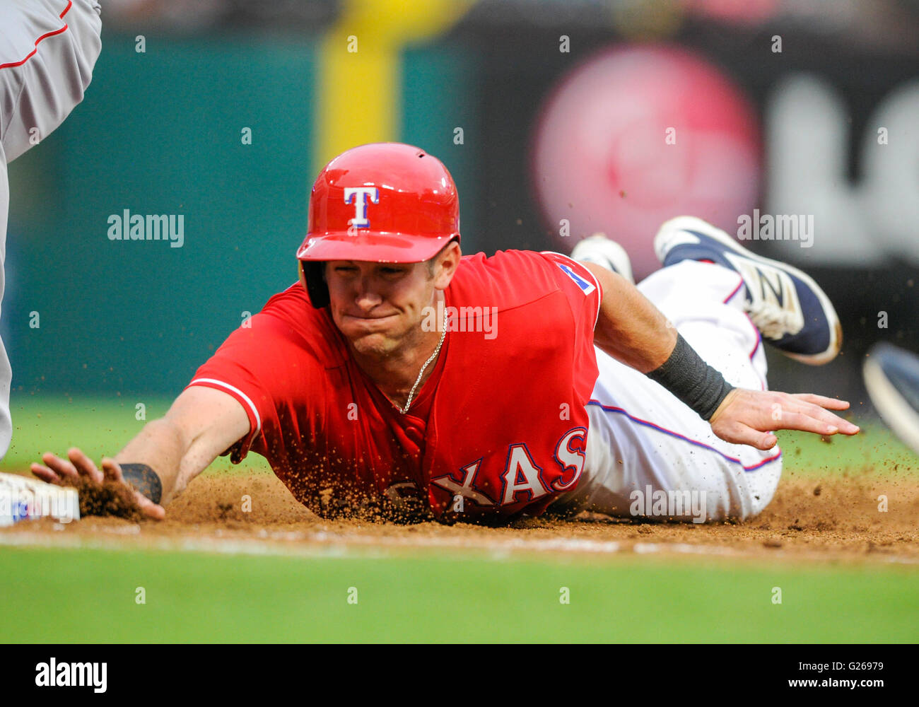 Arlington, Texas, USA. 24 mai, 2016. Le voltigeur des Texas Rangers Jared Hoying # 36 dives retour à la Photo Stock