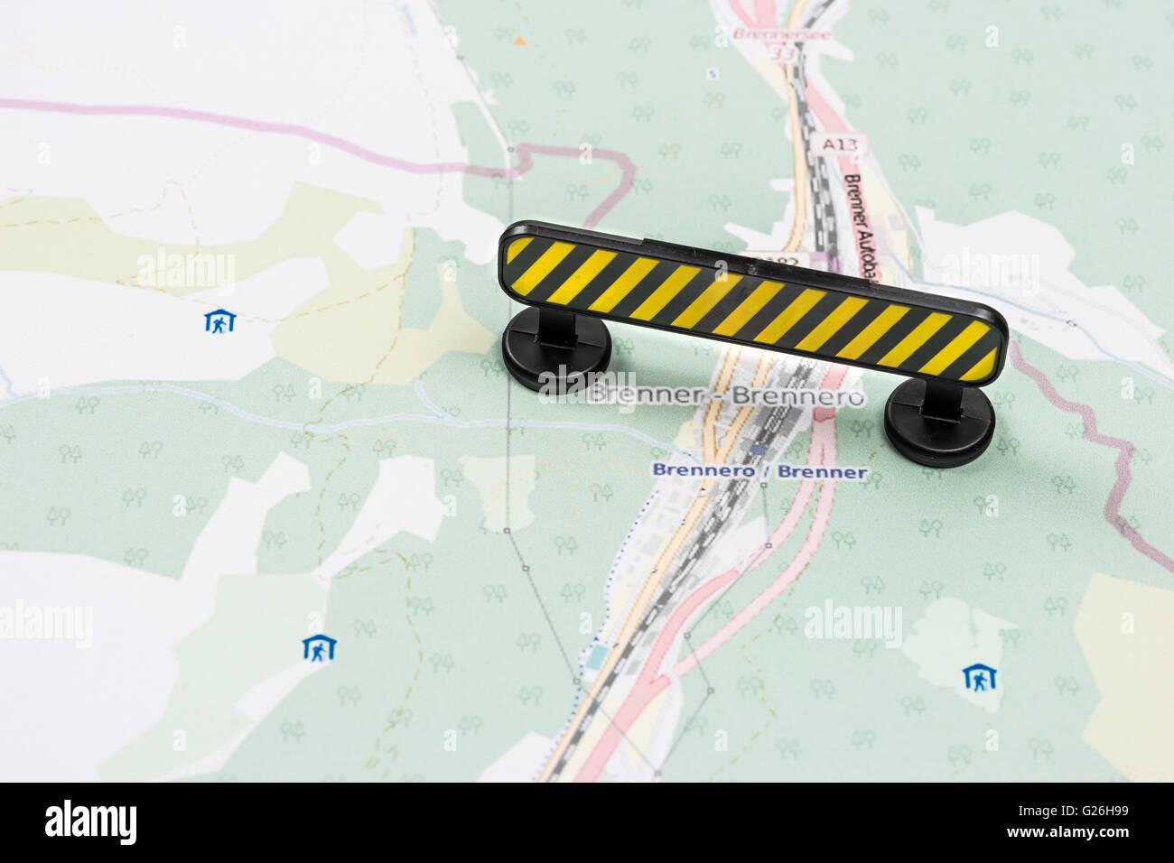 Crise de migrants de l'UE frontaliers italiens autrichiens blocus jaune Photo Stock