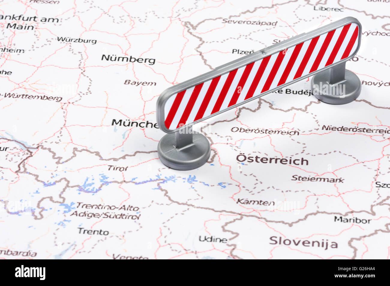 Crise de migrants de l'UE à la frontière allemande autrichienne blocus rouge Photo Stock