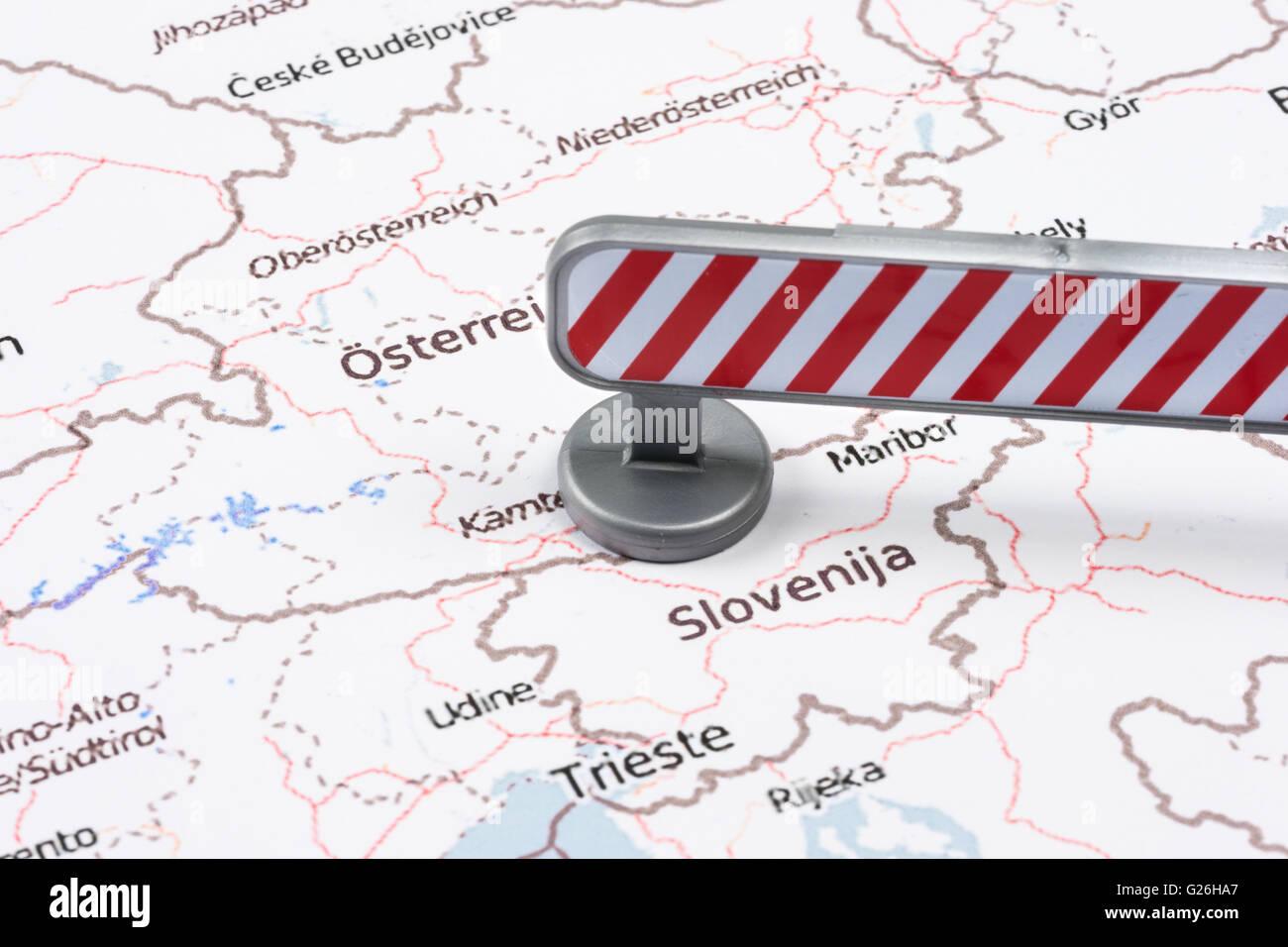 Crise de migrants de l'UE à la frontière slovène autrichienne blocus rouge Photo Stock