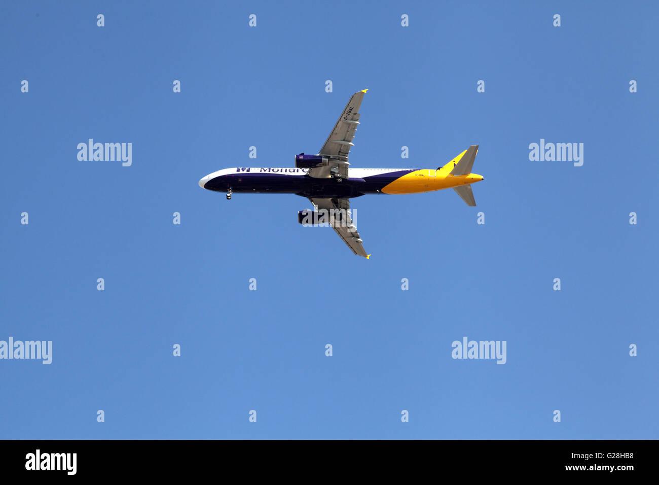 Les aéronefs de la rubrique touristique à la terre Photo Stock