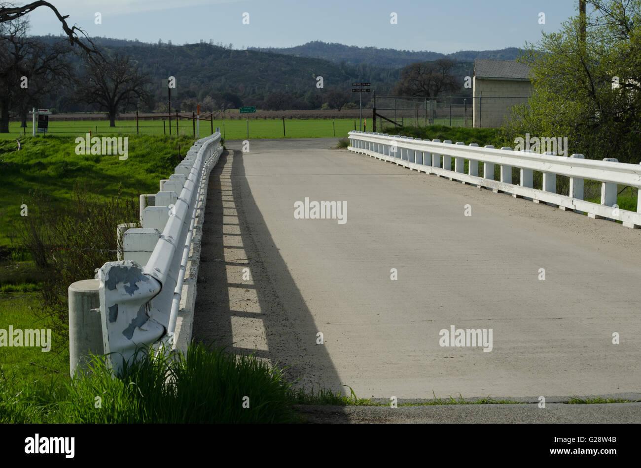 Ce pont près de Parkfield, CA, traverse la faille de San Andreas. Le pont est tordu à la tremblements Photo Stock