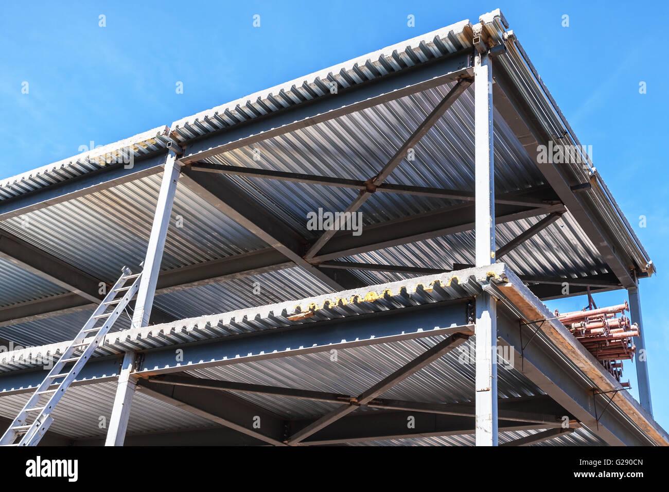 bâtiment industriel moderne est en construction. poutres en acier et