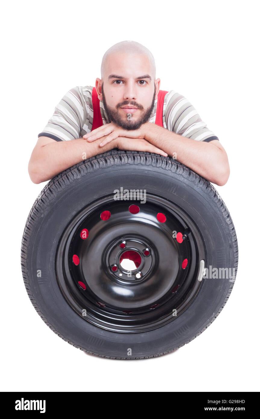 Mécanicien et nouvelle voiture pneu roue isolated on white background studio Banque D'Images