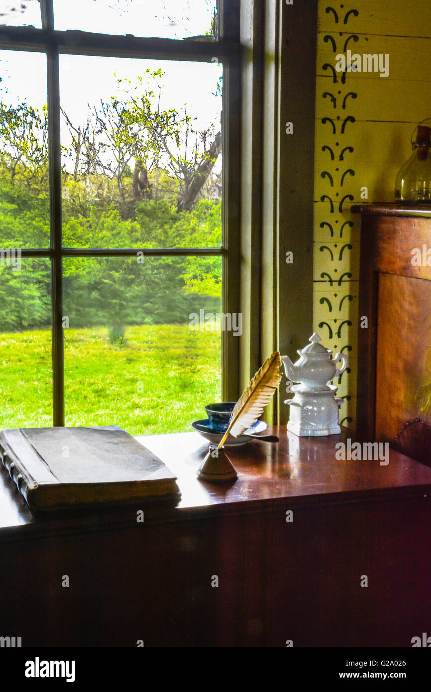 19e si cle de style am ricain de l 39 int rieur chambre meubl e avec un bureau journal plume. Black Bedroom Furniture Sets. Home Design Ideas
