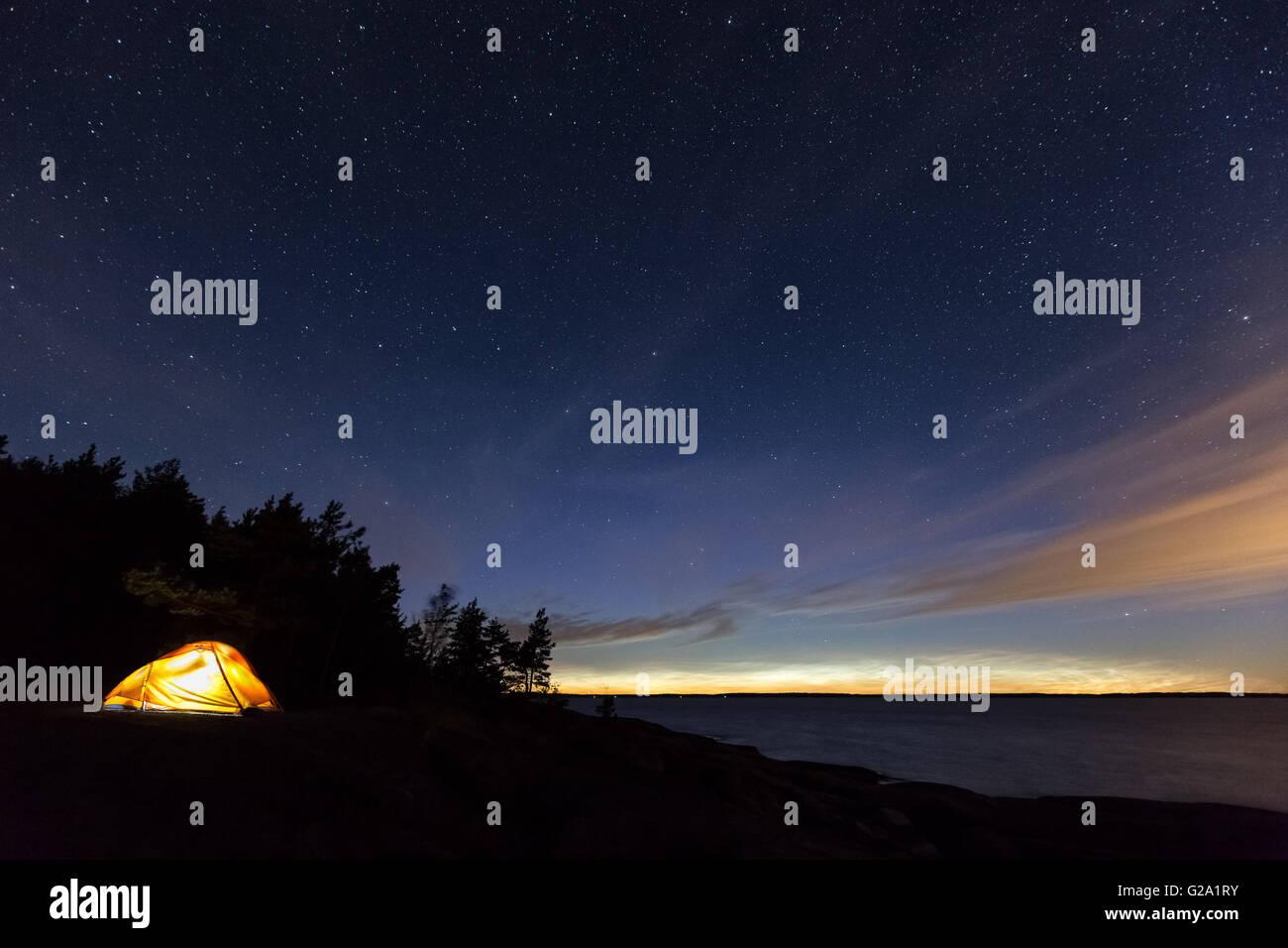 Le camping sur l'île, Påvskär Sunday, la Finlande, l'Europe, l'UNION EUROPÉENNE Photo Stock