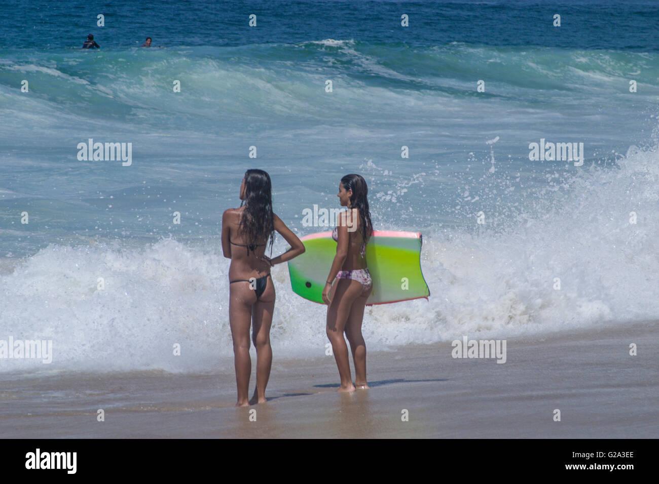 Filles En String Photos les filles avec planche de surf, à rio de janeiro copacabana beach