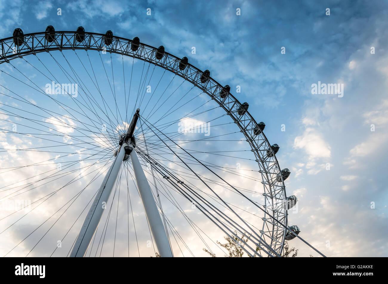 Londres, Royaume-Uni - 23 août 2015: London Eye low angle view un jour nuageux près de Sunset Photo Stock