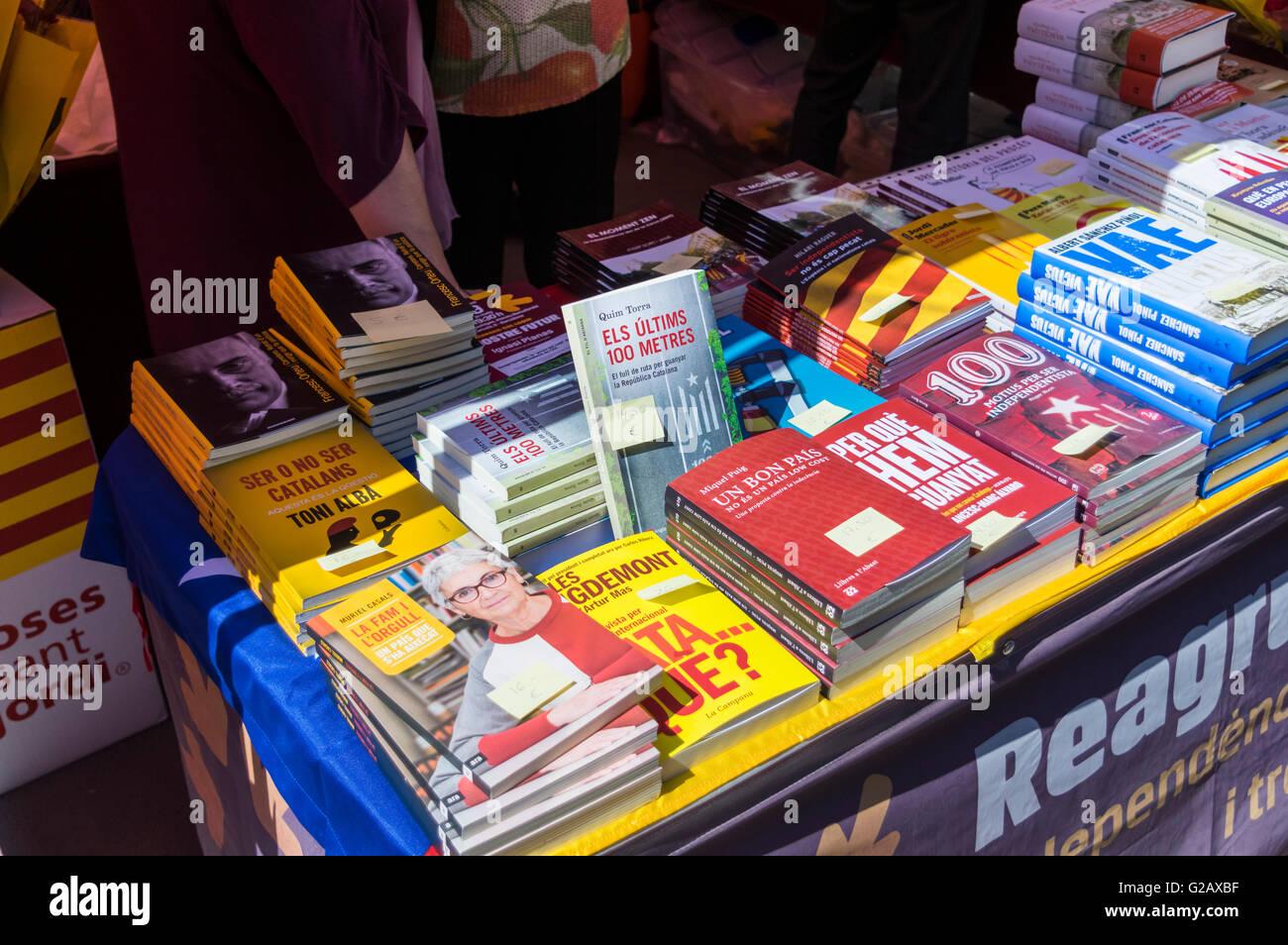 Livres sur le nationalisme catalan et l'indépendance de la Catalogne sur l'affichage à l'extérieur Photo Stock