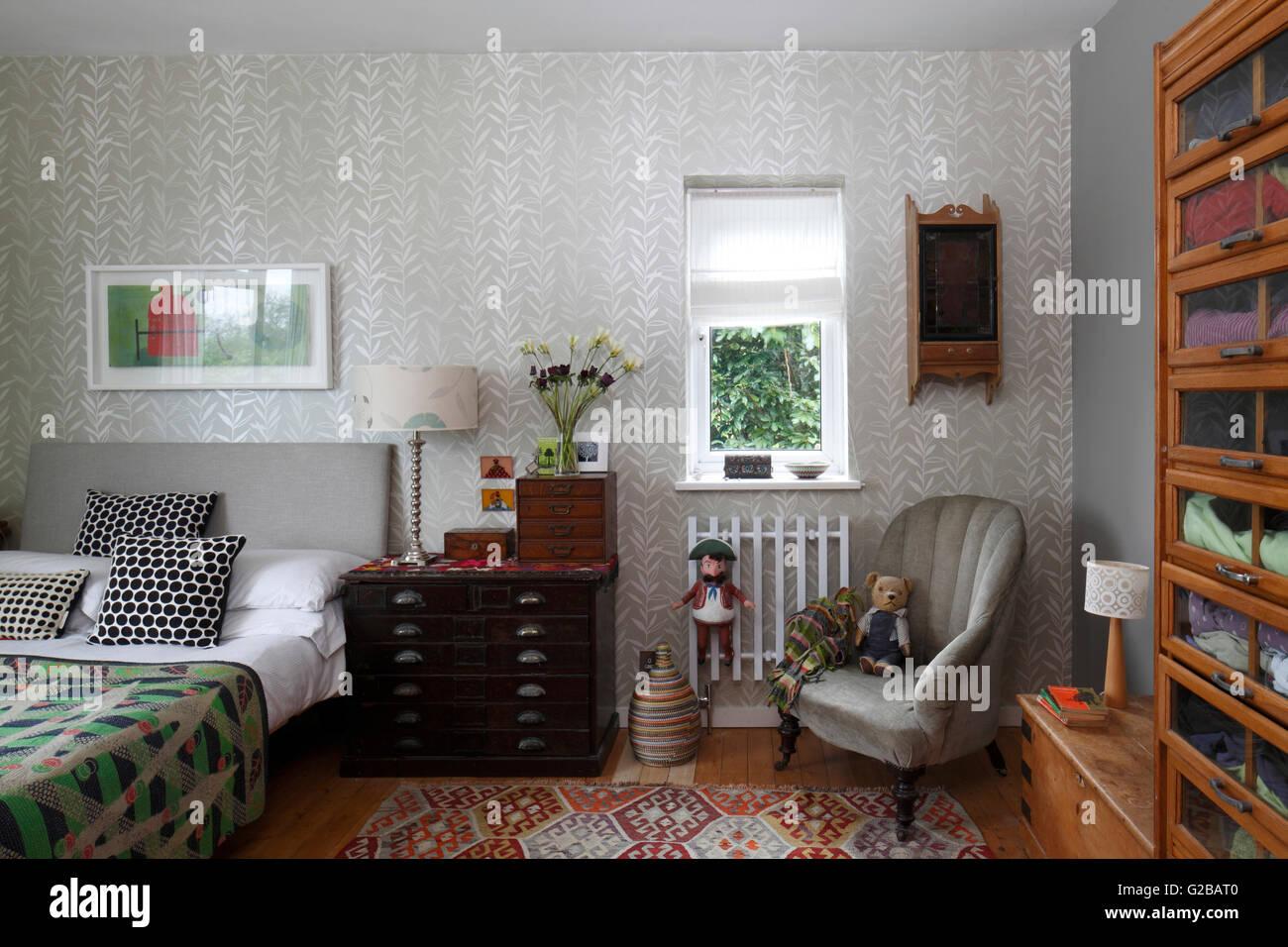 Chambre Avec Un Papier Peint A Motifs D Argent Et Un Stockage Des