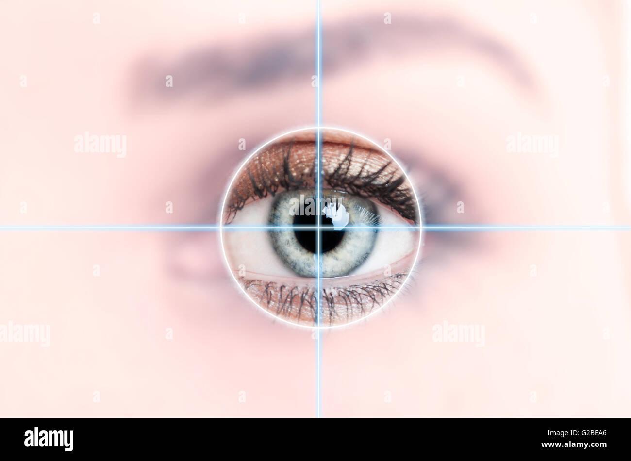 Close up of female blue eye scanné pour accéder à la haute technologie comme concept d'identification Photo Stock