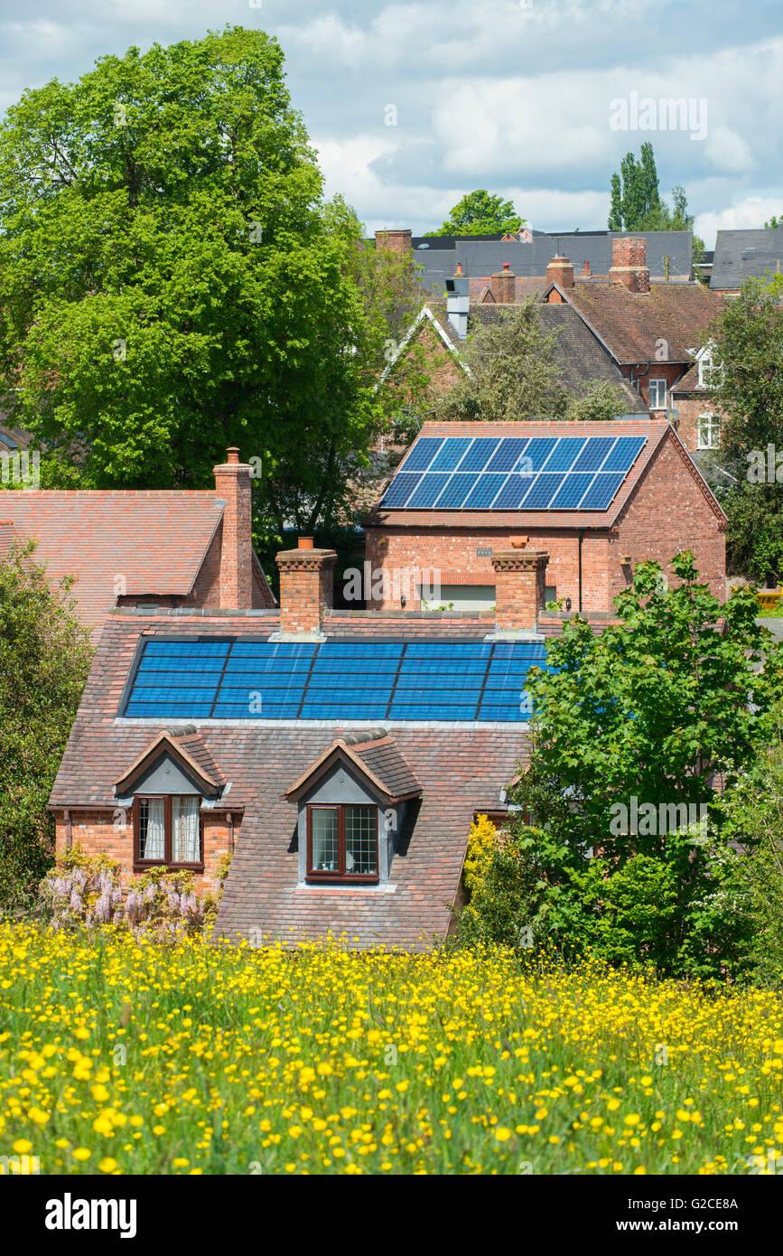 Des panneaux photovoltaïques sur les bâtiments en Cleobury Mortimer, Shropshire, England, UK. Photo Stock