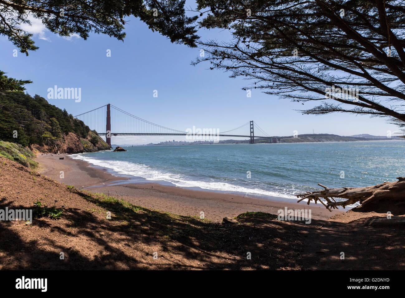 Zone de loisirs du Golden Gate Bridge view Marin Headlands Beach Cove. Photo Stock