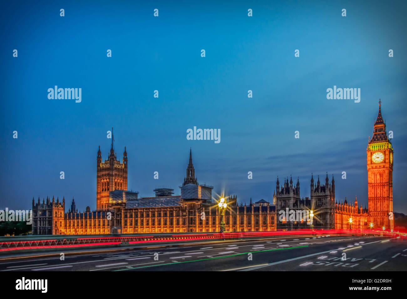 Palais de Westminster à Londres, et le Big Ben de nuit avec véhicule quittant un sentier le long de la Photo Stock