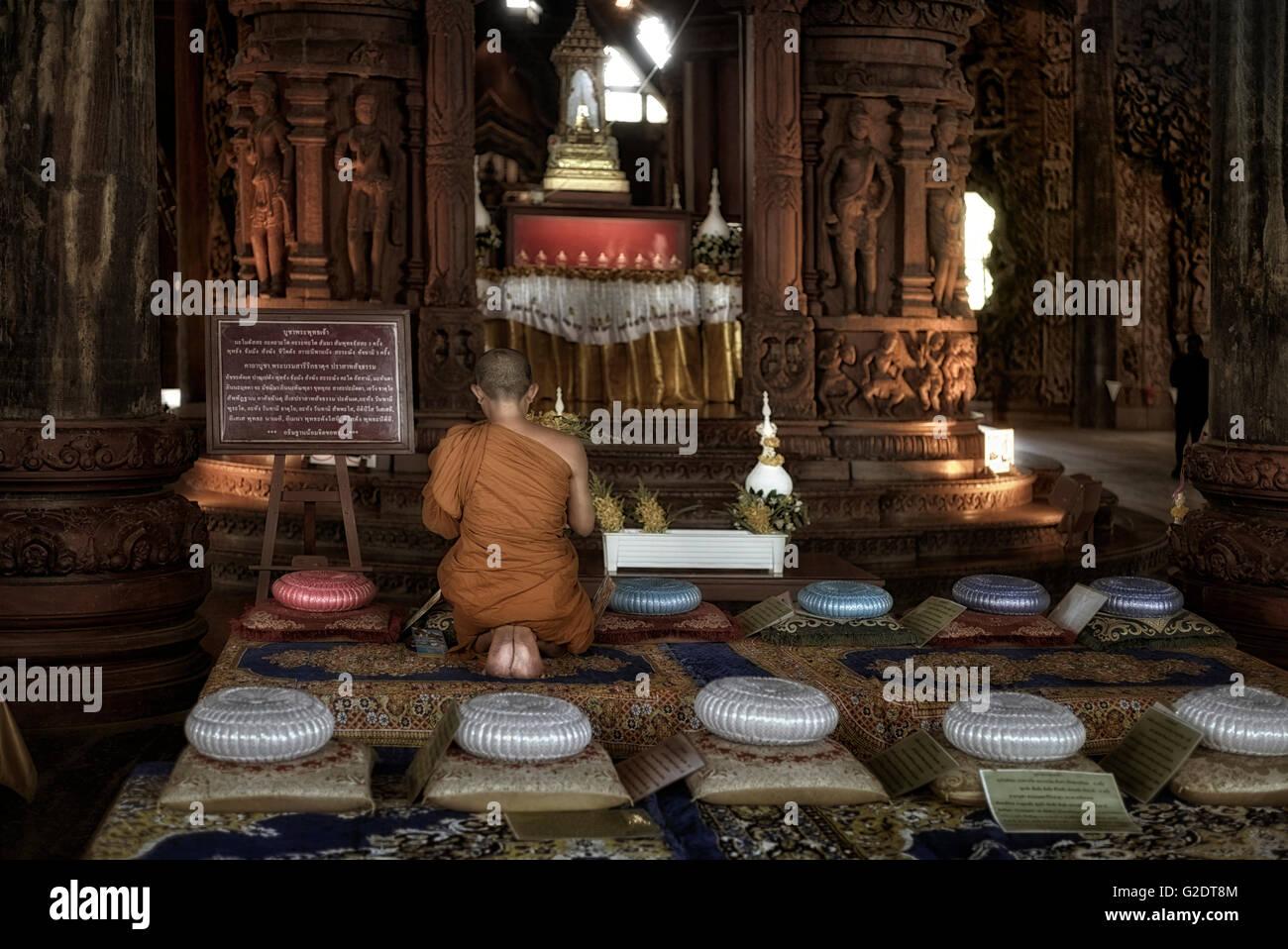 L'un moine en prière au Sanctuaire de la vérité Buddhist Temple Hindou. S. E. Asia Pattaya Thaïlande Photo Stock