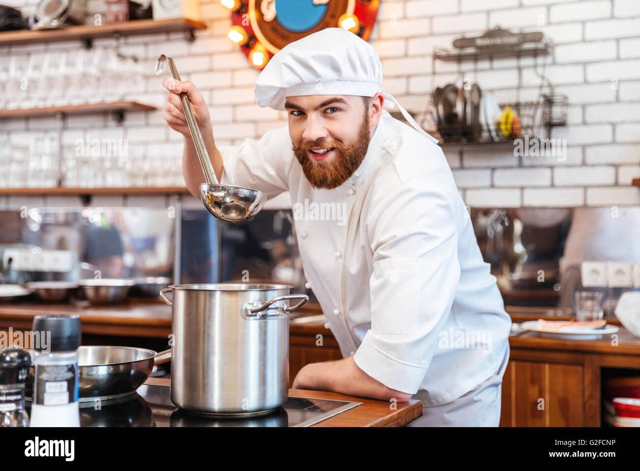 Cheerful Chef De Cuisine Cuisinier Barbu Et Degustation De Soupe A